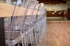 クリアな椅子がずらり。(2014-04-18,共用部,LIVINGROOM,1F)