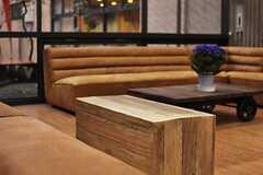 ロビーには革製のソファー&ベンチと木材ブロックのテーブルが置かれています。(2014-03-05,共用部,OTHER,1F)
