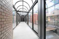 ロビー脇の廊下の様子。廊下から喫煙スペースに出られます。(2014-03-05,共用部,OTHER,1F)