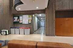 ロビー脇の廊下は水まわり設備、ランドリーが並びます。(2014-03-05,共用部,OTHER,1F)