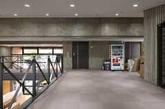 渡り廊下の様子2。右手にオフィススペース、正面のドアの先にスタジオがあります。(2014-03-05,共用部,OTHER,2F)