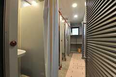 シャワールームの様子。大浴場が女性専用の時はシャワールームが男性専用、大浴場が男性専用の時はシャワールームが女性専用となります。(2014-03-05,共用部,BATH,2F)