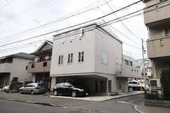 建物の外観。2Fがシェアハウスです。(2013-10-02,共用部,OUTLOOK,1F)