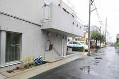 玄関は半地下スペースに設けられています。(2013-10-02,周辺環境,ENTRANCE,1F)