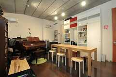 カフェスペースの様子2。ワークショップや演奏会などが開かれるそうです。(2013-10-02,共用部,OTHER,2F)