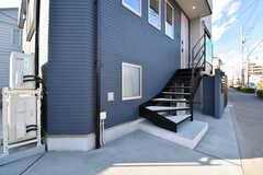 階段を上がった先が玄関です。階段の手前が駐輪場です。(2017-01-30,周辺環境,ENTRANCE,1F)