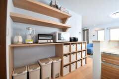 キッチン脇は収納棚です。収納棚にはキッチン家電と、専有部ごとに収納スペースが用意されています。(2017-01-30,共用部,KITCHEN,2F)
