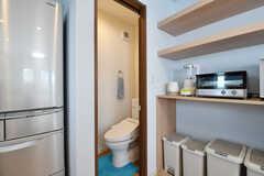 収納棚脇がウォシュレット付きトイレです。(2017-01-30,共用部,OTHER,2F)