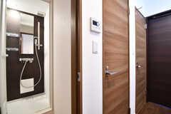 シャワールームが2室とトイレが並んでいます。(2017-01-30,共用部,BATH,1F)