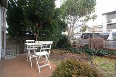 玄関脇の庭には、テーブル&チェアが用意されています。(2015-01-16,共用部,OTHER,1F)