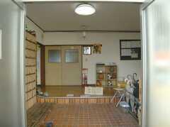 シェアハウスの正面玄関から見た内部の様子。(2008-02-08,周辺環境,ENTRANCE,1F)