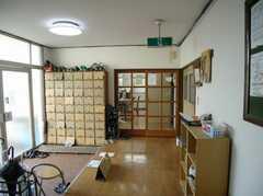 シェアハウスの内部から見た玄関周りの様子。(2008-02-08,周辺環境,ENTRANCE,1F)