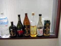 窓際の酒たち。水も並んでいたので安心。(2008-02-08,共用部,OTHER,1F)