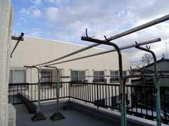 テラスの物干台の様子。(2008-02-08,共用部,OTHER,2F)