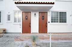 シェアハウスの正面玄関。ユニットごとに玄関が分かれています。(2013-12-24,周辺環境,ENTRANCE,1F)