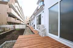 デッキテラスの様子。畑は隣人さんが管理しているので、使用はできません。(110号室、Natural Modern Style)(2013-12-24,専有部,ROOM,1F)
