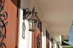 玄関ドアのランプ。(2013-12-24,周辺環境,ENTRANCE,1F)
