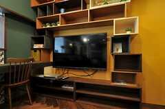 共用TVの様子。壁付けされたボックスが素敵です。(Cafe modern Style)(2013-12-24,共用部,TV,2F)