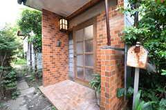 玄関の様子。玄関の脇に共用のポストが設置されています。(2017-05-29,周辺環境,ENTRANCE,1F)