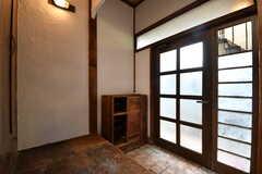 内部から見た玄関の様子。靴箱は専有部ごとにスペースが決められています。(2017-05-29,周辺環境,ENTRANCE,1F)