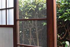 窓の一部は、はめ殺しの網戸です。(2017-05-29,共用部,OTHER,1F)