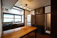 キッチンの様子。大きな作業台が設置されています。(2017-05-29,共用部,KITCHEN,1F)
