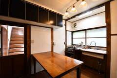 キッチンの様子2。作業台の上は専有部ごとの収納スペースです。(2017-05-29,共用部,KITCHEN,1F)