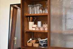 収納棚には共用の食器が用意されています。(2017-05-29,共用部,KITCHEN,1F)