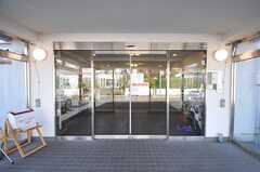 この先はオートロックになっていて、入居者さんや関係者以外は入れません。(2013-11-05,周辺環境,ENTRANCE,1F)