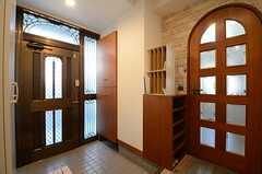 内部から見た玄関周辺の様子。右手のドアがリビング。(2015-03-26,周辺環境,ENTRANCE,1F)