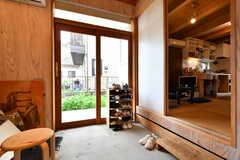 内部から見た玄関の様子。右手のドアの先はリビングです。(2019-07-05,周辺環境,ENTRANCE,1F)