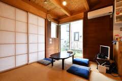 窓のロールカーテンを開けるとこんな感じ。基本的に昼間は降ろされています。(2019-07-05,共用部,LIVINGROOM,1F)