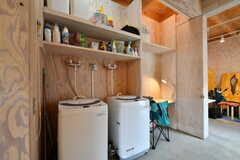 洗濯機の様子。上段には共用の洗剤類、個人のランドリーグッズ、掃除用品が収納されています。(2019-07-05,共用部,LAUNDRY,1F)