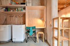 洗濯機脇にはデスクが設置されていて、作業スペースとして使うことができます。(2019-07-05,共用部,OTHER,1F)
