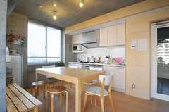ラウンジの様子2。テーブルの天板はサイズを変更できます。(2013-09-12,共用部,LIVINGROOM,4F)