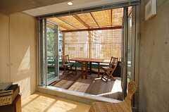 ラウンジから見たテラス。季節によって雰囲気が変わります。(2013-09-12,共用部,LIVINGROOM,4F)