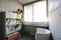 踊り場に設置されたソファと本棚。ゆっくりできそう。(2013-09-12,共用部,OTHER,2F)