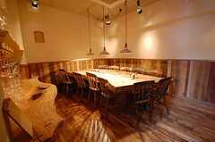 地下には立派な一枚板のテーブル。(2008-10-03,共用部,OTHER,1F)