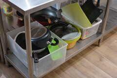 フライパンや鍋類は中央の作業台の下に収納されています。(2018-05-09,共用部,KITCHEN,1F)