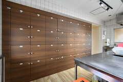 部屋ごとに使える収納棚の様子。(2018-05-09,共用部,KITCHEN,1F)