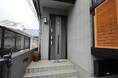シェアハウスの正面玄関。(2014-03-07,周辺環境,ENTRANCE,1F)