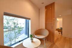 木製のルーバーが設けられ、少し囲まれた空間です。(2016-12-12,共用部,LIVINGROOM,1F)