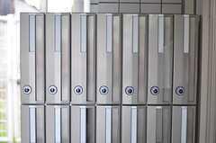 部屋ごとに用意されたポストの様子。(2013-05-27,周辺環境,ENTRANCE,1F)