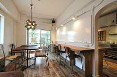 ラウンジの様子。ダイニング側とキッチン側に分かれています。(2013-05-27,共用部,LIVINGROOM,1F)