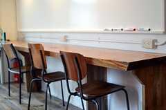 一枚板のカウンター・テーブルです。(2013-05-27,共用部,LIVINGROOM,1F)