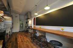 キッチン側の壁面は、存在感のある黒板です。(2013-05-27,共用部,KITCHEN,1F)