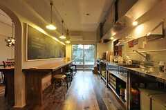 キッチンの様子。日が落ちるとムードの高まるになります。(2013-11-26,共用部,KITCHEN,1F)