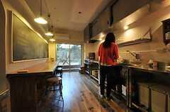 料理中の住人さんの様子。(2013-11-26,共用部,KITCHEN,1F)