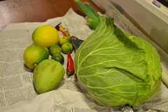 狛江の市場で売っていた野菜がテーブルに並んでいました。(2014-11-23,共用部,PARTY,1F)