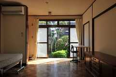 専有部の様子2。庭にも出られます。(102号室)(2011-04-28,専有部,ROOM,1F)